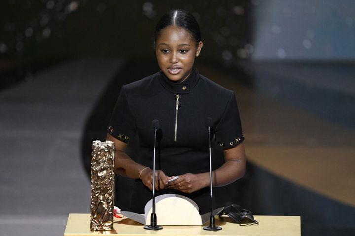 """L'actrice Fathia Youssouf, désignémeilleur espoir féminin pour son rôle dans""""Mignonnes"""", lors de la cérémonie des César, le 12 mars 2021. (BERTRAND GUAY / AFP)"""