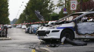 L'une des deux voitures incendiées samedi à Viry-Chatillon, dans l'Essonne. (THOMAS SAMSON / AFP)