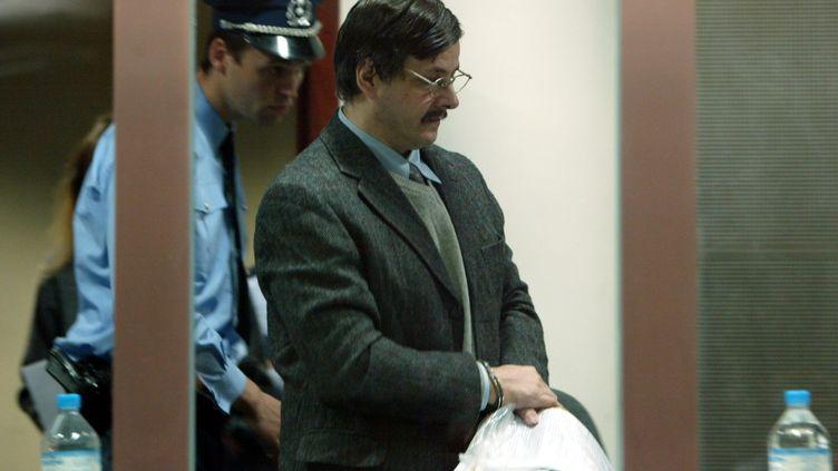 Marc Dutroux, pédophile belge condamné pour de multiples meurtres et viols d'enfants, lors de son procès, le 3 mai 2004 à Arlon (Belgique). (THIERRY ROGE / AFP)