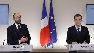 Le Premier ministre, Edouard Philippe, et le ministre de la Santé, Olivier Véran, lors d'une conférence de presse à Paris, le 28 mars 2020. (GEOFFROY VAN DER HASSELT / POOL / AFP)