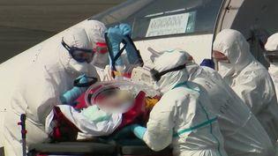 Six patients qui ont été transportés en hélicoptère militaire de Strasbourg (Bas-Rhin) vers la Suisse et l'Allemagne, lundi 30 mars. Le transfert des malades s'accélère entre à travers la France et les pays européens. Comment les hôpitaux d'accueil gèrent-ils la situation? (FRANCE 2)