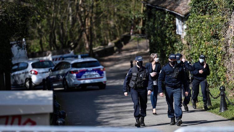 Des policiers près de la maison de l'homme d'affaires français Bernard Tapie et de sa femme Dominique Tapie à Combs-la-Ville, le 4 avril 2021. (STEPHANE DE SAKUTIN / AFP)