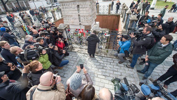 Recueillement devant la place deSultanahmet, à Istanbul, après un attentat-suicide qui a fait 10 morts, le 13 janvier 2016. (PETER KNEFFEL / DPA / AFP)