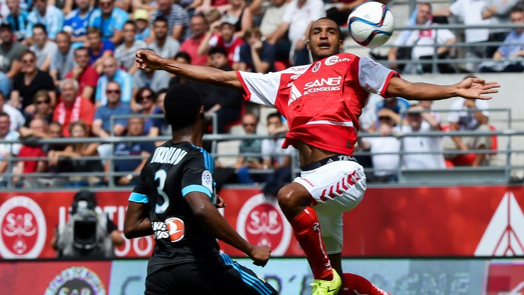 David NGog s'élève au-dessus de Nicolas Nkoulou, et Reims prend la tête de la Ligue 1 (PHILIPPE HUGUEN / AFP)