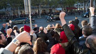 Des manifestants huent le cortège du chef de l'Etat, le 11 novembre 2013, en marge des commémorations de l'armistice de 1918, sur les Champs-Elysées à Paris. (LCHAM / SIPA)