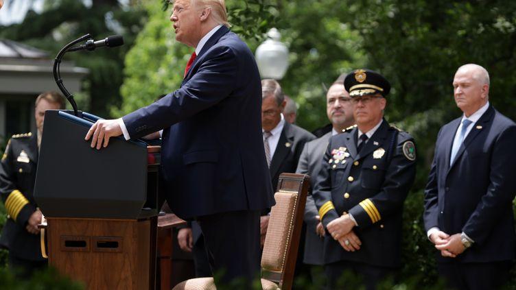Donald Trumps'exprime sous le regard de membres des forces de l'ordre sur une réforme de la police, à Washington (Etats-Unis), le 16 juin 2020. (ALEX WONG / GETTY IMAGES NORTH AMERICA / AFP)