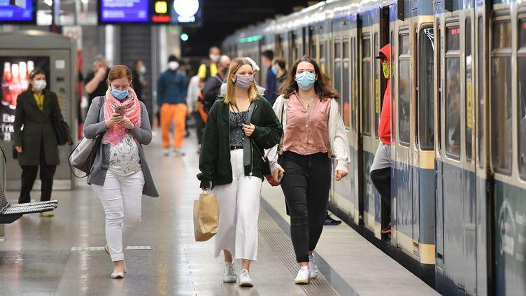 Des usagers du métro de Munich, en Allemagne, le 16 mai 2020. (FRANKHOERMANN/SVEN SIMON / SVEN SIMON / AFP)