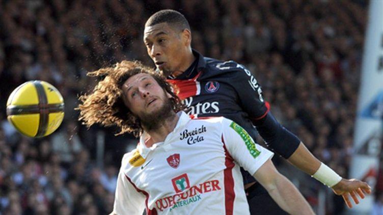 Duel Baysse/Hoarau lors de Brest/PSG