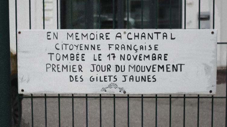 Une plaque en mémoire de Chantal, morte sur un rond-point le 17 novembre 2018, a été accrochée non loin du lieu du drame, à Pont-de-Beauvoisin (Savoie). (FRANCEINFO / ELISE LAMBERT)