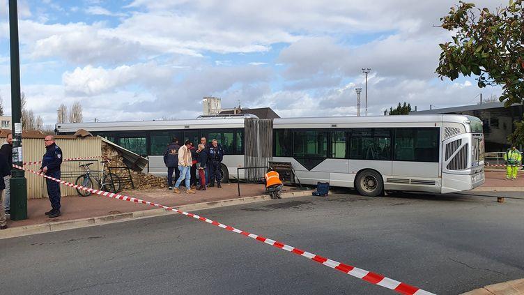Un bus de la ligne 405 a percuté le mur du cimetière de Corbeil-Essonnes, le 11 février 2020. (MAIRIE DE CORBEIL-ESSONNES)