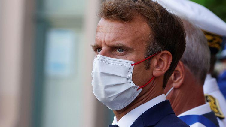 Emmanuel Macron assiste à une cérémonie marquant le 77e anniversaire de la libération de Bormes-les-Mimosas pendant la Seconde Guerre mondiale, le 17 août 2021. (ERIC GAILLARD / POOL)