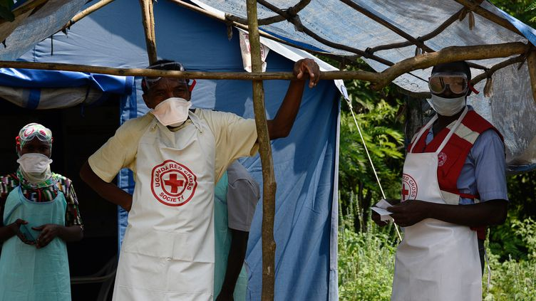 Des soignants lutent contre l'épidémie d'Ebola, le 14 juin 2019, à Mirami en République démocratique du Congo. (ISAAC KASAMANI / AFP)