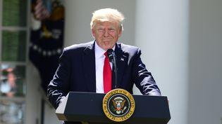 Le président américain Donald Trump, le 1er juin 2017, dans les jardins de la Maison Blanche, à Washington (Etats-Unis), lors de l'annonce du retrait américain de l'accord de Paris sur le climat. (RON SACHS / RON SACHS - CNP)