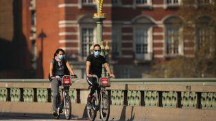 Des cyclistes font du vélo à Londres le 9 avril 2020. (ISABEL INFANTES / AFP)