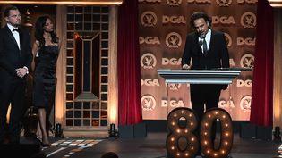 "Alejandro Inarritu récompensé aux Directors Guild Of America (DGA) Awards, sous l'oeil complice de Leonardo DiCaprio (acteur principal de ""The Revenant"").  (Alberto E. Rodriguez / GETTY IMAGES NORTH AMERICA / AFP)"