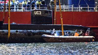 """Le """"Nautilus"""" a été renfloué par le navire de secours """"Vina"""", samedi 12 août, dans le détroit d'Öresund, entre le Danemark et et la Suède. (JENS NOERGAARD LARSEN / SCANPIX DENMARK / AFP)"""