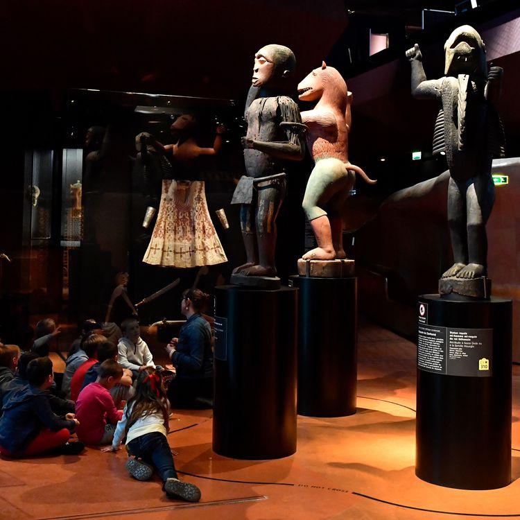Des statues royales du Dahomey datées de 1890-1892 sont présentées au musée du quai Branly à Paris, en juin 2018. (GERARD JULIEN / AFP)