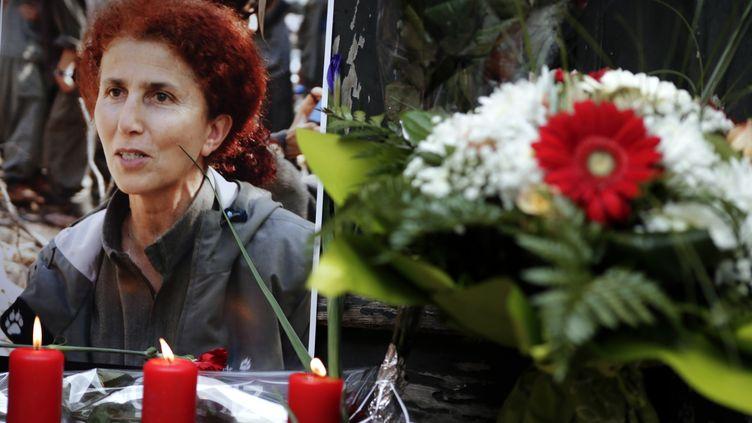 Devant le centre d'informations du Kurdistan, des fleurs et des bougies ont été déposées le 11 janvier 2013 en hommage aux trois militantes kurdes tuées, dont Sakine Cansiz, en photo ici. (KENZO TRIBOUILLARD / AFP)