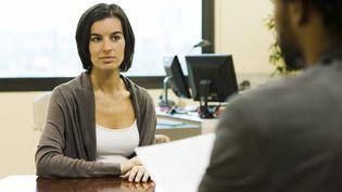 Un homme et une femme lors d'un entretien. (MAXPPP)