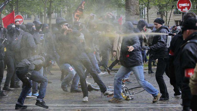 (Face-à-face entre casseurs (à gauche) et service d'ordre (à droite), jeudi à Paris. ©Christophe Ena/AP/SIPA)