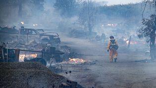 """Un pompier marche dans les ruines d'une propriété détruite par le """"Kincade Fire"""", àHealdsburg (Etats-Unis). (JOSH EDELSON / AFP)"""
