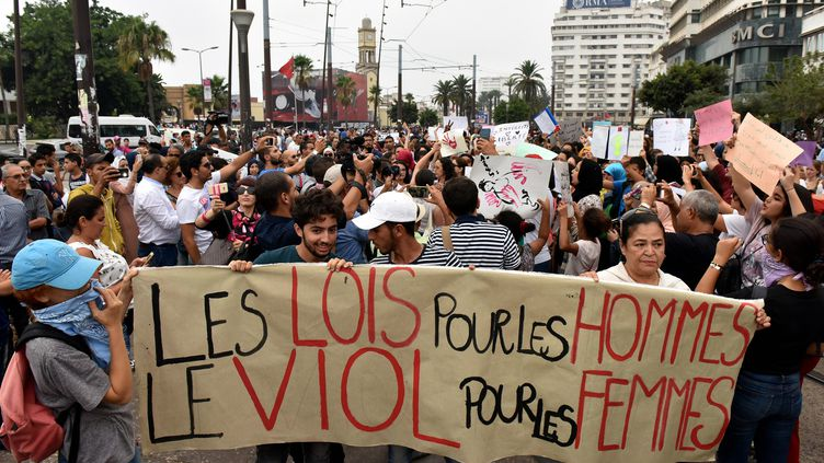 Des Marocains manifestent à Casablanca, le 23 août 2017, après l'agression sexuelle d'une femme dans un bus. (STRINGER / AFP)