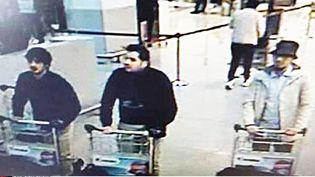 Image de vidéosurveillance montrant Najim Laachraouià gauche, Ibrahim El Bakraouiet un homme au chapeau encore recherchédans le hall de l'aéroport deBruxellesle22 mars 2016 (POLICE FEDERALE BELGE / SIPA)