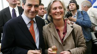 François Fillon, alors Premier ministre, et son épouse Penelope lors d'un déplacement dans son fief de Sablé-sur-Sarthe (Sarthe), le 19 mai 2007. (MAXPPP)