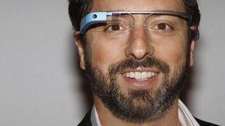 Le cofondateur de Google,Sergey Brin, pose avec les Google Glass, le 9 septembre 2012. (CARLO ALLEGRI / REUTERS)
