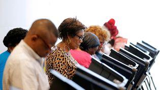 Des électeurs américains votent en avance pour la présidentielle, le 20 octobre 2016, à Charlotte (Caroline du Nord). (CHRIS KEANE / REUTERS)