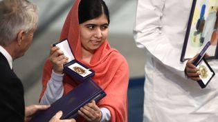 La Pakistanaise Malala Yousafzai, alors âgée de 17 ans, reçoit son prix Nobel de la paix à Oslo (Norvège), le 10 décembre 2014. (ODD ANDERSEN / AFP)