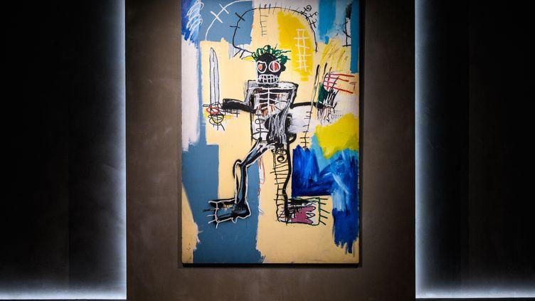 """L'oeuvre """"Warrior"""" signée Jean-Michael Basquiat, exposée dans le showroom deChristie's à Hong Kong. (ANTHONY WALLACE / AFP)"""