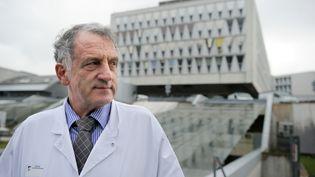 Le professeurRené Frydman, en 2011, devant l'hôpitalAntoine Béclère, à Clamart (Hauts-de-Seine). (ERIC FEFERBERG / AFP)