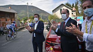 Le Premier ministre, Jean Castex, avec Christian Prudhomme, le directeur du Tour de France, le 5 septembre 2020 lors de la 8e étape de la course. (ANNE-CHRISTINE POUJOULAT / AFP)