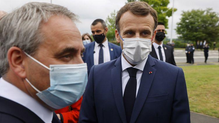 Xavier Bertrand et Emmanuel Macron à Douai (Nord) le 28 juin 2021 (LUDOVIC MARIN / POOL / AFP POOL)