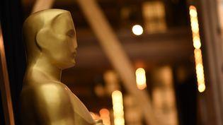 Une statue des Oscars lors de la cérémonie de remise de prix à Hollywood (Californie), le 4 mars 2018. (ROBYN BECK / AFP)