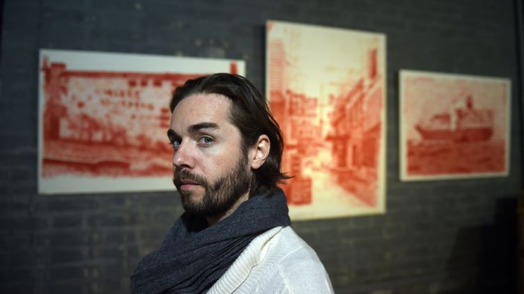 L'artiste français Alexandre Ouairy lors d'une exposition à laRed Gate Gallery, à Pékin (Chine), le 4 novembre 2015. (GREG BAKER / AFP)
