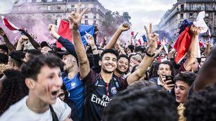 Des supporters en liesse devant l'Hôtel de Ville à Paris le 10 juillet, lors de la demi-finale  (Yann Castanier / Hans Lucas)