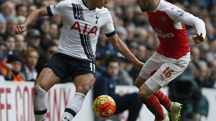 Erik Lamela à la lutte avec Aaron Ramsey lors de Tottenham - Arsenal (IKIMAGES / IKIMAGES)