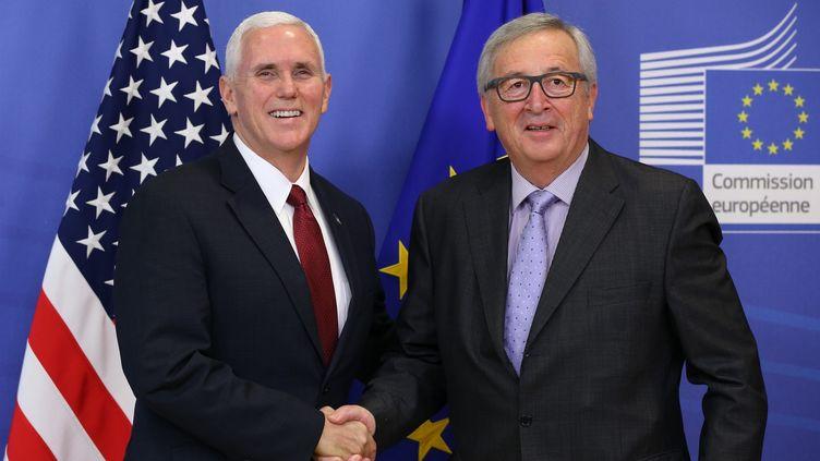 Le vice-président américain Mike Pence et le président de la Commission européenne, Jean-Claude Juncker, à Bruxelles, le 20 février 2017. (DURSUN AYDEMIR / ANADOLU AGENCY)