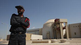 Un soldat monte la garde devant la centrale nucléaire iranienne de Bouchehr, le 12 septembre 2011. (VALERIY MELNIKOV /RIA NOVOSTI / AFP)