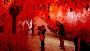 Les journalistes découvrent l'installation de Chiharu Shiota au sein du pavillon japonais de la Biennale de Venise.  (Domenico Stinellis/AP/SIPA)