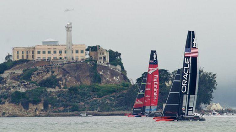 America's Cup : Oracle et Emirates team New Zealand bord à bord (NOAH BERGER / AFP)