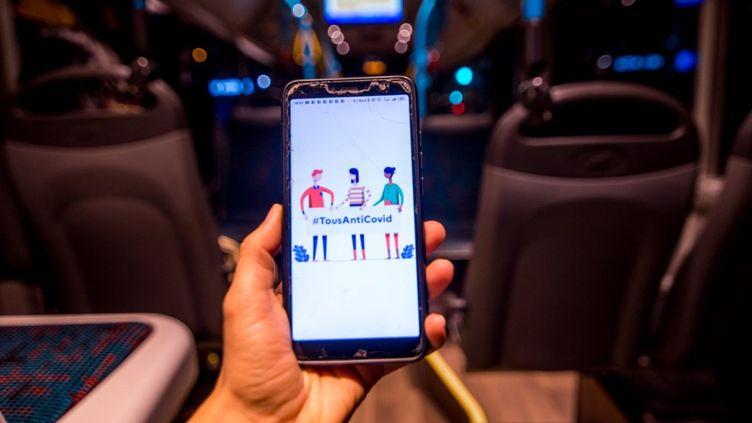 L'applicationTousAntiCovid sur un smartphone. (STEPHANE FERRER YULIANTI / HANS LUCAS / AFP)
