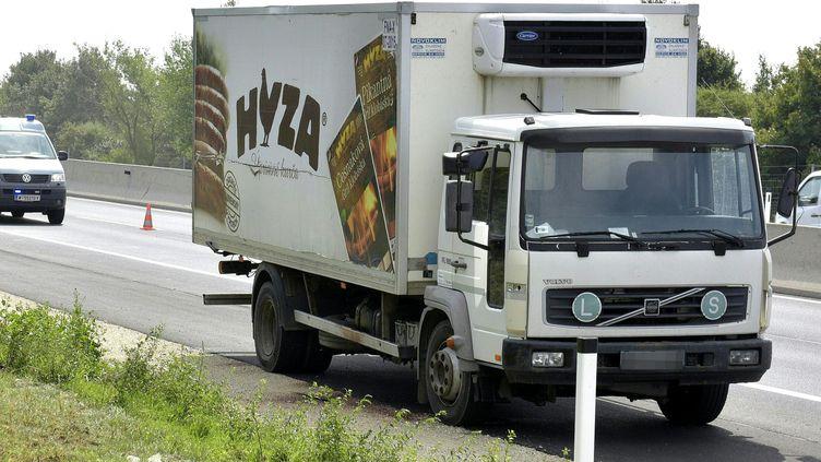 Des dizaines de migrants ont été retrouvés morts dans ce camion stationné sur le bord d'une autoroute entre Parndorf et Neusiedl (Autriche), le 27 août 2015. (  MAXPPP)