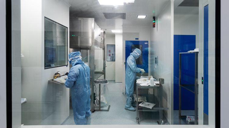 Des techniciens travaillent à l'élaboration d'un vaccin contre le Covid-19, pour le laboratoire Sanofi, à Val-de-Reuil (Eure), le 10 juillet 2020. (JOEL SAGET / AFP)