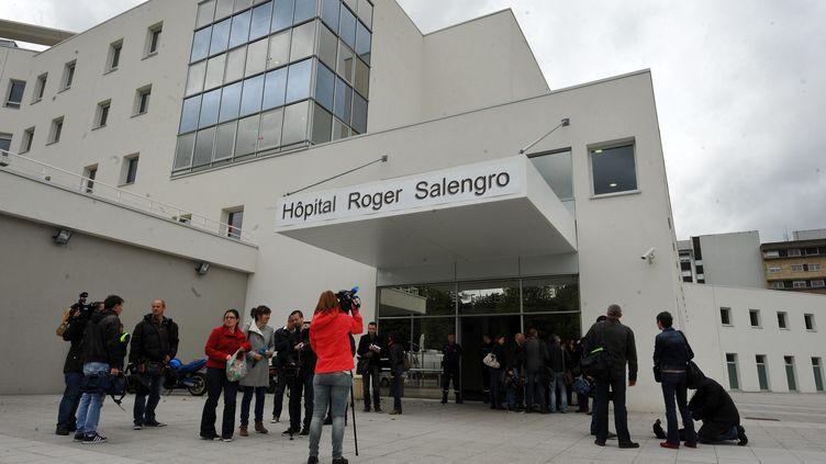 Devant l'hôpital Roger Salengro, à Lille, le 13 mai 2013. C'est là qu'est mort un malade infecté par le coronavirus. (MAXPPP)