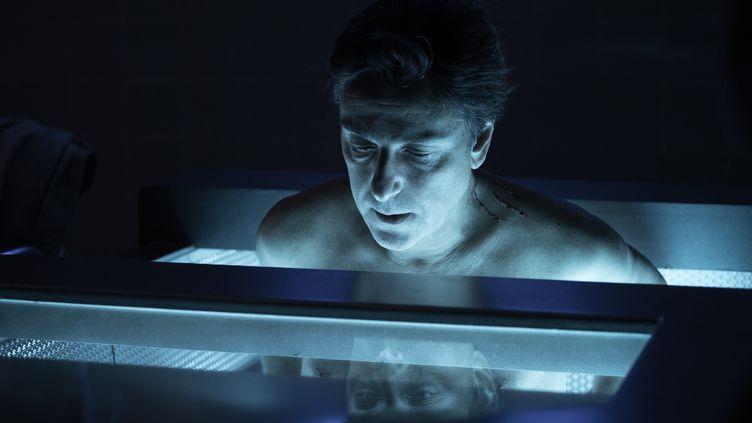 """Darius, policier de 119 ans, dans son caisson de régénération dans la série """"Ad Vitam"""" (Arte)"""