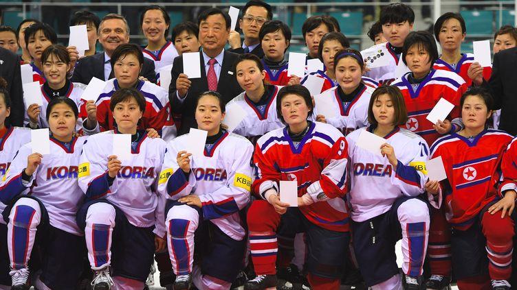 Des joueuses sud-coréennes et nord-coréennes, lors d'une rencontre dans le cadre de la division II du championnat du monde féminin, le 6 avril 2017 à Gangneung (Corée du Sud). (JUNG YEON-JE / AFP)
