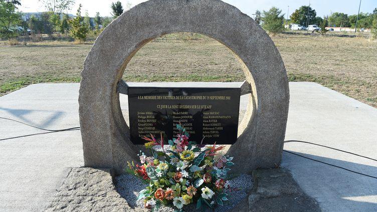 A Toulouse, un monument en hommage aux victimes de l'explosion d'AZF, quinze ans après la catastrophe. (ERIC CABANIS / AFP)